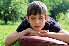 年轻严肃的男孩青春期前 库存照片