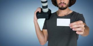 严肃的男性摄影师画象的综合图象显示卡片的,当拿着照相机时 库存图片