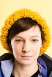 严肃的妇女画象真正的人民高定义黄色backgr 免版税库存照片