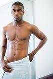 严肃的赤裸上身的肌肉人画象健身房的 库存照片