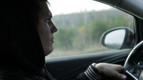 严肃的年轻人驾驶汽车 特写镜头 股票录像