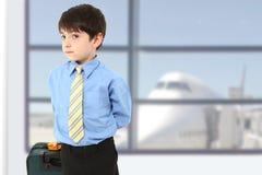 严重机场的男孩 免版税图库摄影
