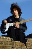 严重的吉他演奏员 图库摄影