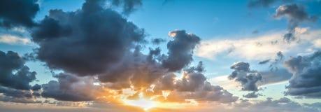 严重的天空日落 图库摄影