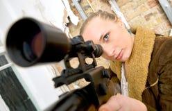 严重的女孩拿着武器 库存照片