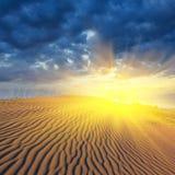 严重的日落在沙漠 库存图片