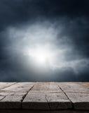 严重的黑暗的天空背景 图库摄影