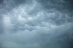 严重的cloudscape 在天空的风雨如磐的云彩 免版税图库摄影