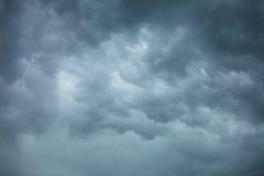 严重的cloudscape 在天空的风雨如磐的云彩 库存照片