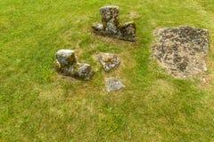 严重石头和一半在领域埋没了十字架在国家chur附近 免版税图库摄影
