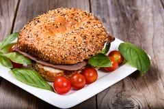 整个三明治准备了与在白色服务的新鲜的成份 免版税库存图片