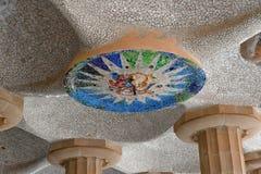 100个专栏室马赛克天花板在公园Guell的在巴塞罗那 免版税库存图片