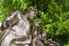 17个世纪雕塑在一个公园 免版税库存照片