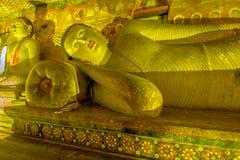 12个世纪Dambulla洞金黄寺庙和雕象 免版税库存照片