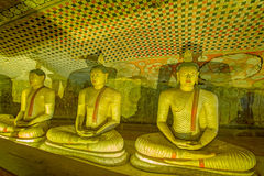 12个世纪Dambulla洞金黄寺庙和雕象 免版税库存图片