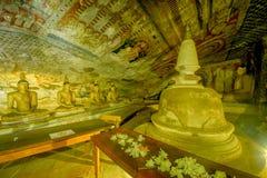 12个世纪Dambulla洞金黄寺庙和雕象 库存图片