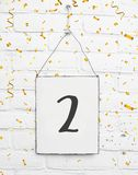 2个两岁小孩生日聚会与金黄五彩纸屑的卡片文本 免版税库存照片
