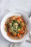 整个五谷意粉面团用丸子和西红柿酱 库存照片