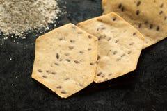 整个五谷有机面粉和薄脆饼干堆在黑色 免版税图库摄影