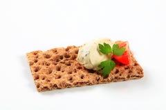整个五谷薄脆饼干用乳脂干酪奶油甜点 库存图片