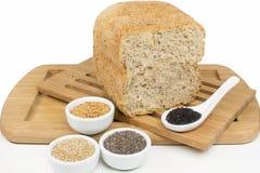 整个五谷面包在白色背景中 免版税库存图片