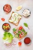 从整个五谷面包的三明治与成份 库存图片