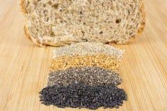 整个五谷面包谷物在木背景中 免版税图库摄影
