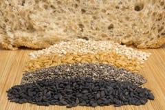整个五谷面包谷物在木背景关闭的 图库摄影