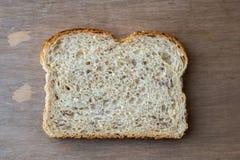 整个五谷面包幻灯片  免版税库存图片