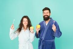 个人卫生 在爱清洗的牙的夫妇 生气勃勃和洁净 保持牙健康 健康习性 brusher 免版税库存图片