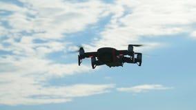 个人寄生虫和航拍的概念 在多云天空蔚蓝的Quadcopter飞行的天花板 影视素材