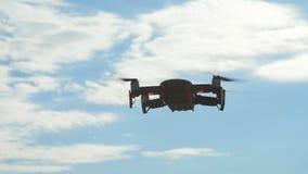 个人寄生虫和航拍的概念 在多云天空蔚蓝的Quadcopter飞行的天花板 股票视频