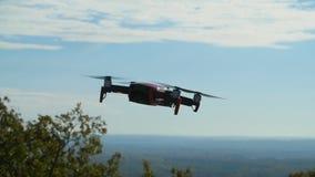 个人寄生虫和航拍的概念 在多云天空蔚蓝的Quadcopter飞行的天花板 股票录像