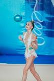 个人成绩体操运动员与球的Arina Averina锻炼 免版税库存照片