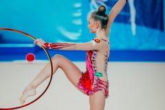 个人成绩体操运动员与箍的Arina Averina锻炼 库存图片