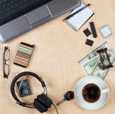 个人材料、笔记本计算机、卡片、咖啡,金钱和其他的平的位置 平的设计和顶视图在书桌上作为框架与空白 库存照片