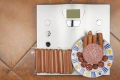 个人标度在卫生间里 饮食和重量控制的概念 库存照片
