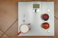 个人标度在卫生间里 饮食和重量控制的概念 库存图片