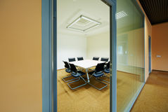 8个人的会议室在莫斯科管理学校SKOLKOVO 库存照片