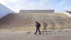 个人背景和数字式社会网络跟踪 使用一流动走的人在街道 空的拷贝空间 库存照片