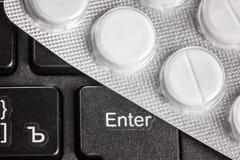 个人计算机片剂计算机分析修理治疗治疗在水泡的在键盘 免版税库存照片