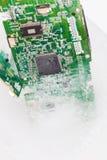 个人计算机的冻结的electonics委员会在冰 免版税库存照片