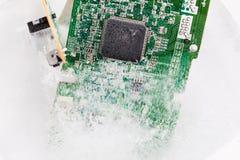 个人计算机的冻结的electonics委员会在冰 免版税库存图片