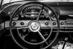 个人豪华汽车Ford Thunderbird的客舱 图库摄影