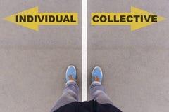 个体对在沥青地面的集体文本箭头,脚和 免版税库存图片