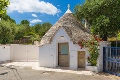 个体居住了trullo房子,阿尔贝罗贝洛镇,普利亚地区,南意大利 免版税库存图片