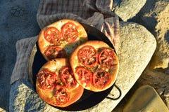个体被烘烤的蕃茄foccacia面包 免版税库存照片