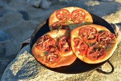 个体被烘烤的蕃茄foccacia面包 库存照片