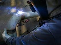 个体防护用品焊接管子的工作者人 库存照片