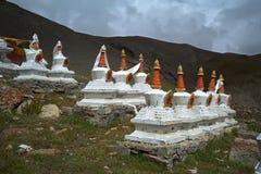 108个佛教仪式结构Stupas复合体在神圣的冈仁波齐峰山坡的  免版税图库摄影